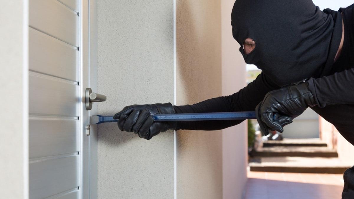 Ladro tenta d iscassinare un appartamento